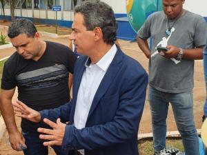 Prefeito foi conversar com o grupo (Foto: Clayton Neves)
