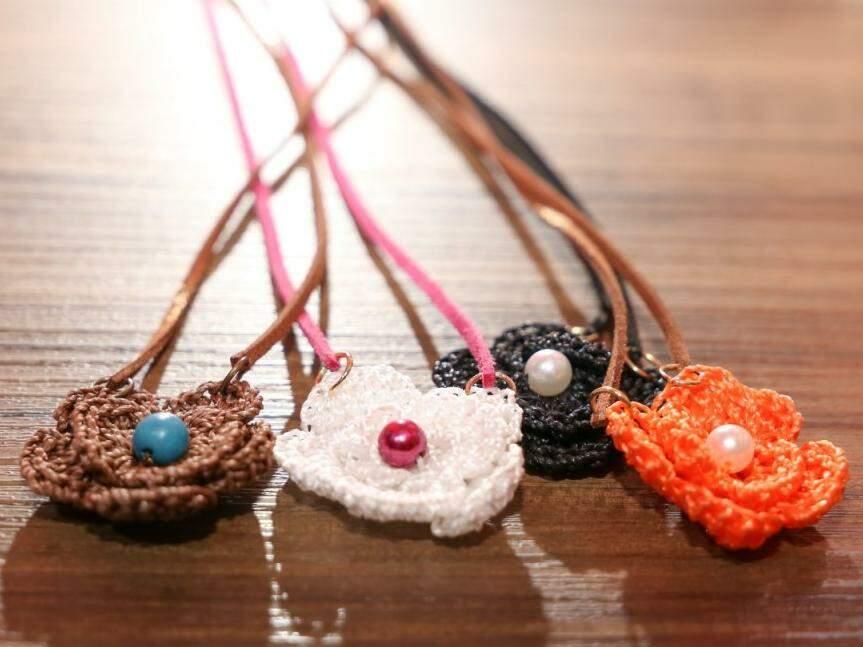 Flores estão entre os trabalhos em crochê favoritos de Leonalda (Foto: Paulo Francis)