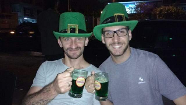 Uma das últimas fotos do casal tirada no St. Patrick's Day em Campo Grande. (Foto: Arquivo Pessoal)