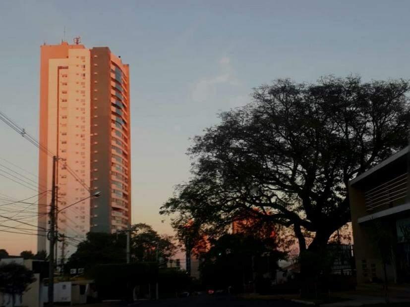 Dia amanheceu claro em Campo Grande e não há previsão de chuva para o Estado (Foto: Saul Schramm)