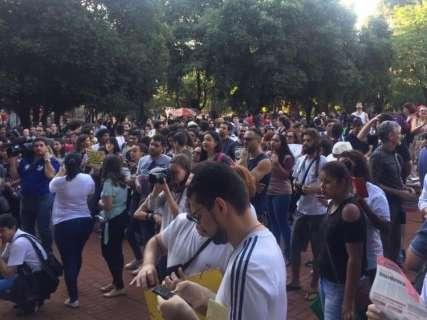 Estudantes se concentram em praça para passeata contra cortes na UFMS