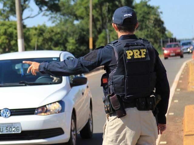 Policial rodoviário federal durante fiscalização em rodovia (Foto: Marina Pacheco)