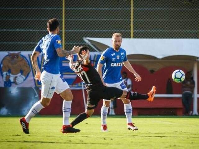 Dois jogadores do Cruzeiro marcado atleta do Vitória (Foto: Vinnicius Silva/Cruzeiro)