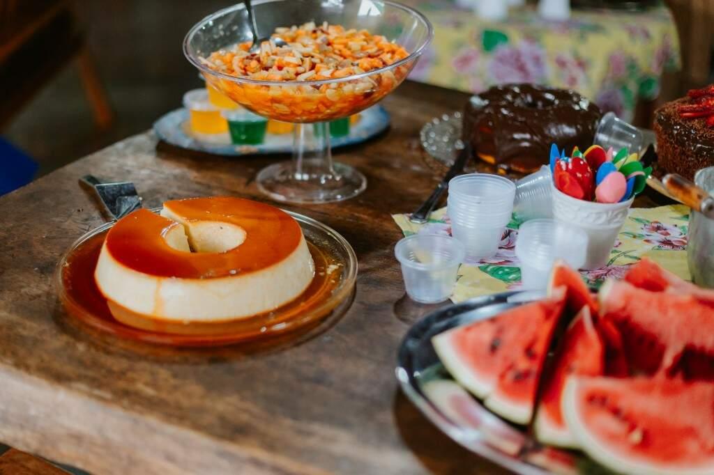 No lugar de docinhos sofisticados, festa teve frutas e doces caseiros. (Foto: Paula Cayres)