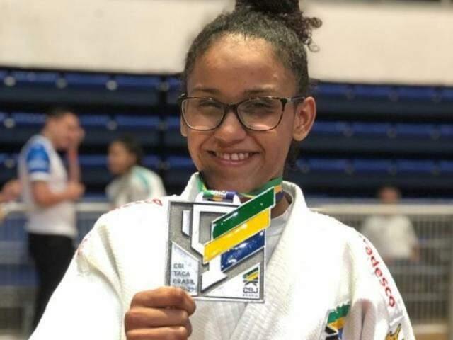 Alexia segura medalha de prata conquistada em Belo Horizonte (Foto: Arquivo pessoal)