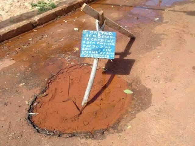 Placa com dizeres irônicos colocada por moradores no buraco (Foto: Direto das Ruas)