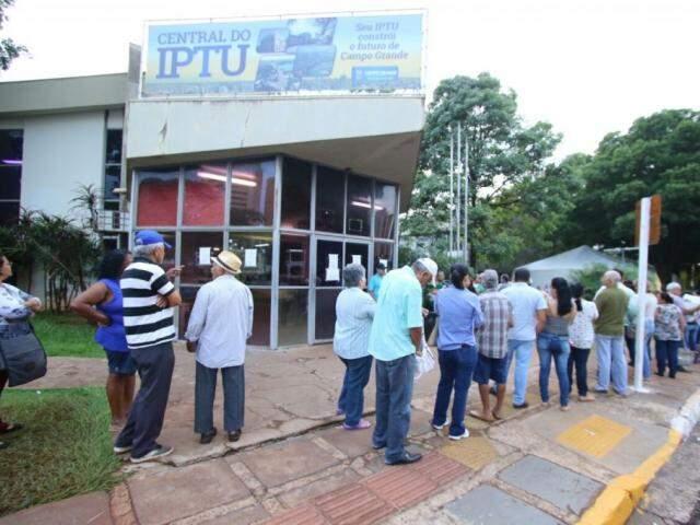 Contribuintes na Central do IPTU, na semana retrasada. (Foto: André Bittar/Arquivo).