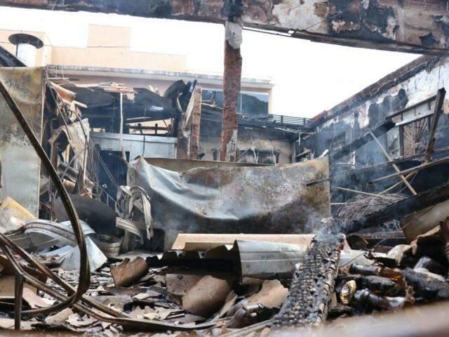 Bar ficou completamente destruído após incêndio nesta madrugada. (Foto: Henrique Kawaminami)