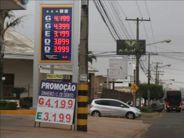 Tabela de preços dos combustíveis em posto da Avenida Bandeirantes (Foto: Saul Schramm)