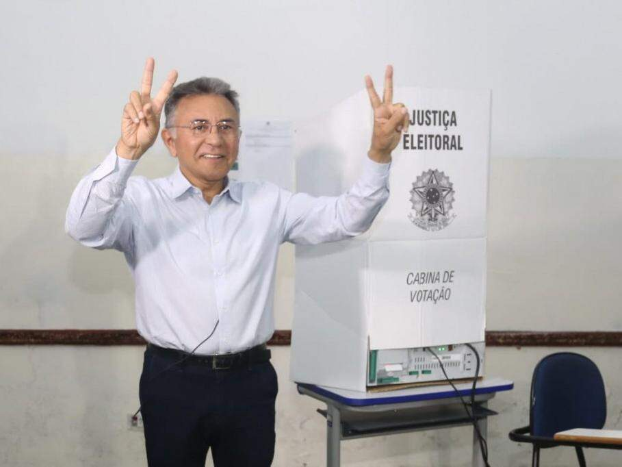 Odilon de Oliveira, do PDT, posa para foto depois de votar. (Foto: Marcelo Victor).