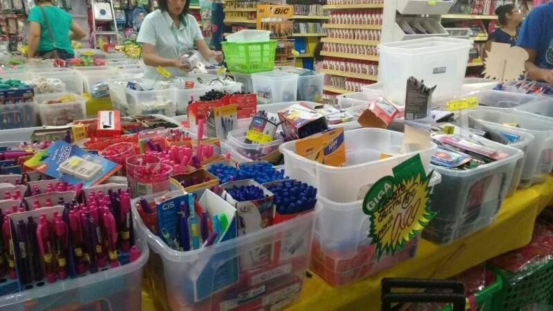 Lojas oferecem promoções como canetas por menos de R$ 1. (Foto: Renata Volpe)