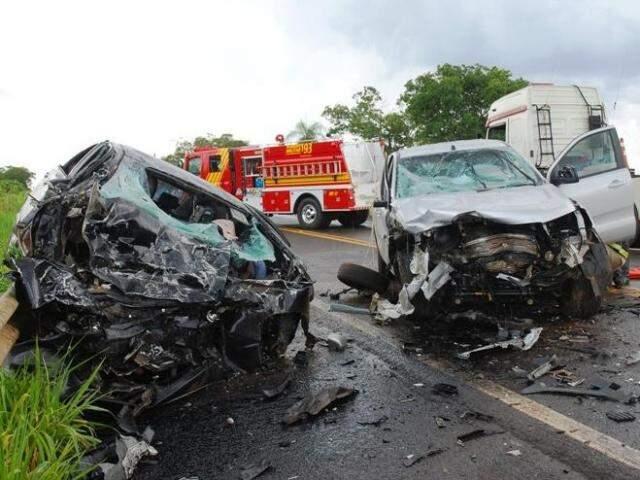 Pista chegou a ficar  interditada para resgate dos condutores (Foto: Tiago Apolinário/Da Hora Bataguassu)