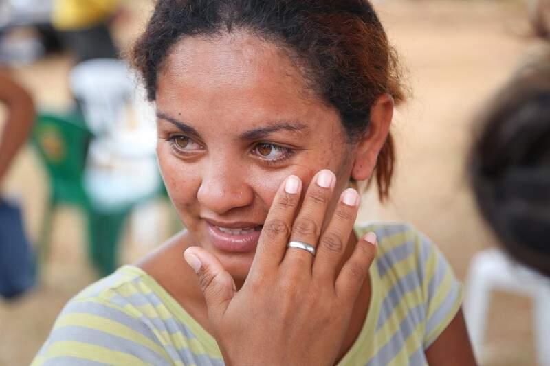 """""""É bom e não é. É ruim que vai para outra favela. Mas o terreno vai ser nosso"""", diz Luciana, que não sabe data em que deixará a Cidade de Deus. (Foto: Fernando Antunes)"""