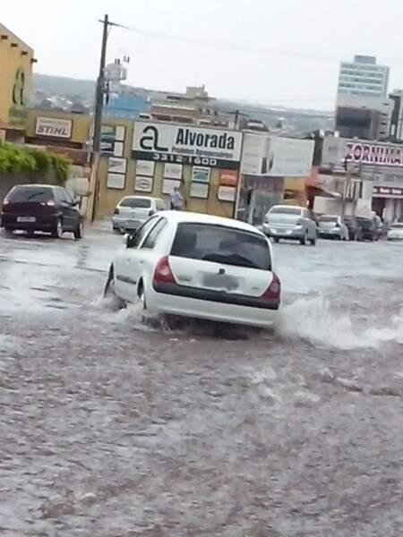 Carro é arrastado pela enxurrada na rua 14 de Julho, região Central de Campo Grande. (Foto:Repórter News)