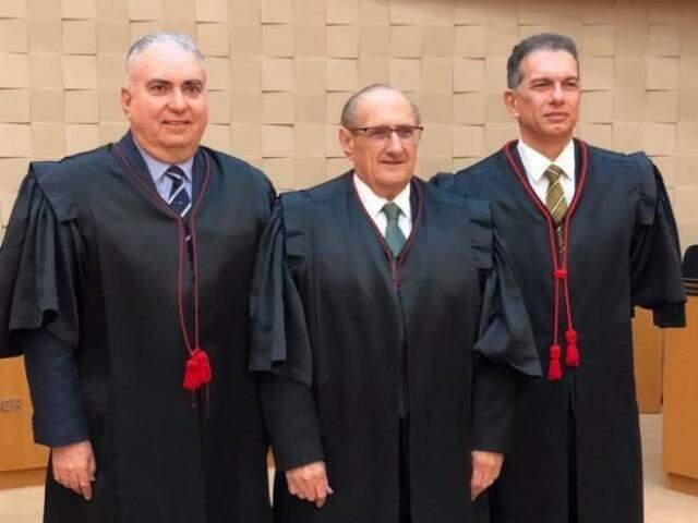 Desembargador Paschoal Carmello Leandro (ao centro) foi eleito presidente do TJMS, com os colegas Carlos Contar (à direita) e Sérgio Martins (esquerda) como vice e corregedor-geral, respectivamente. (Foto: TJMS/Divulgação)