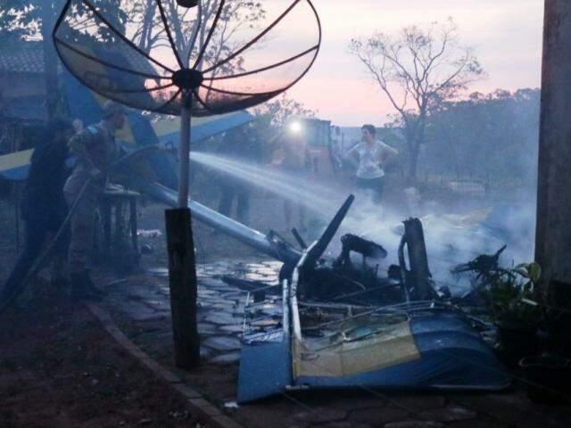Militar do Corpo de Bombeiros controlando chamas após ultraleve pegar fogo depois de cair (Foto: IviNotícias)