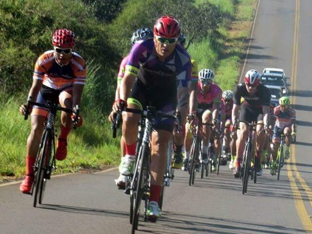 Competidores passam por trecho em rodovia (Foto: Federação de Ciclismo/Divulgação)