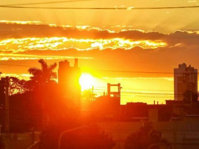 Sol predomina o céu de Campo Grande nesta manhã de terça-feira (2). (Foto: André Bittar)