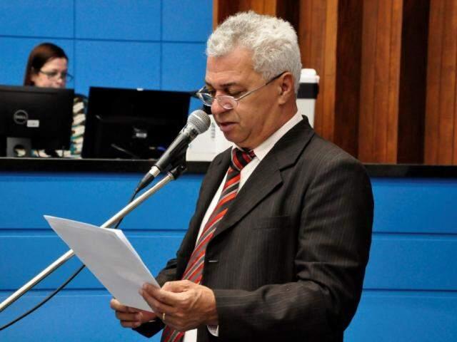Deputado Cabo Almi discursa durante sessão na Assembleia Legislativa. (Foto: Luciana Nassar/ALMS).