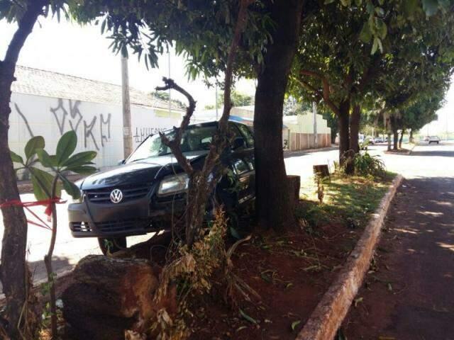 Carro está há vários dias no local, relata moradora (Foto: Direto das Ruas)