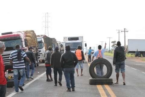Caminhoneiros mantêm bloqueios em 74 pontos das rodovias de MS