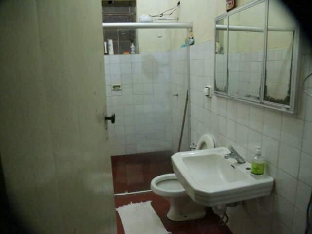 Banheiro de dona Nice garante renda extra para consertar cerca estragada no Carnaval do ano passado (Foto: Marcos Ermínio)
