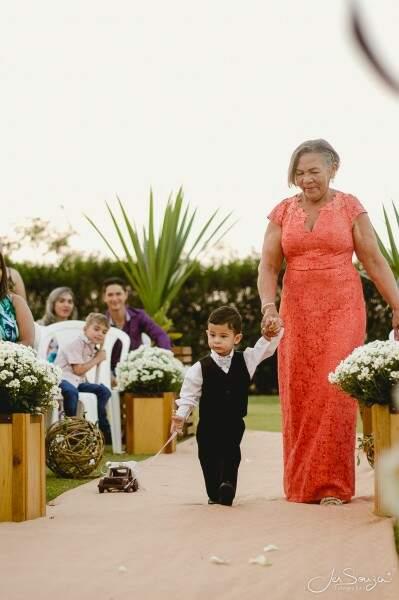 Heitor e a bisavó Olinda levaram as alianças até o altar (Foto:  Jesleni Souza)