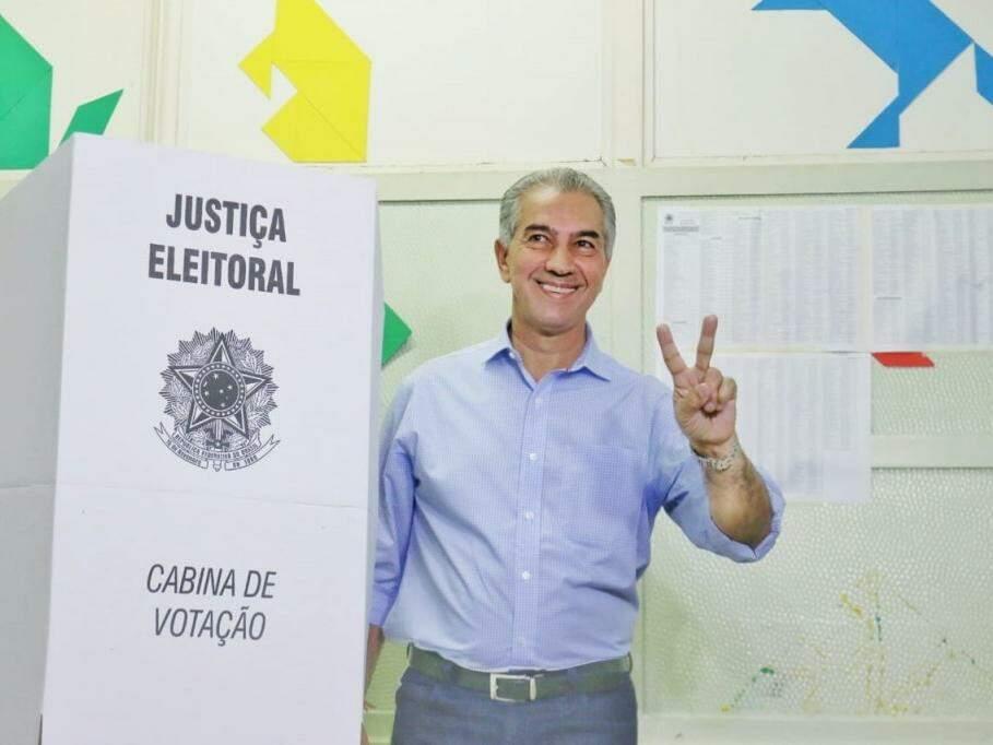 Reinaldo ainda na cabine de votação no domingo (7 de outubro). (Foto: Henrique Kawaminami/Arquivo).