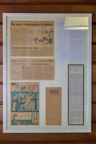 Recortes de jornais e cartas enfeitam recepção, inclusive telegrama de ex-governador. (Foto: Fernando Antunes)