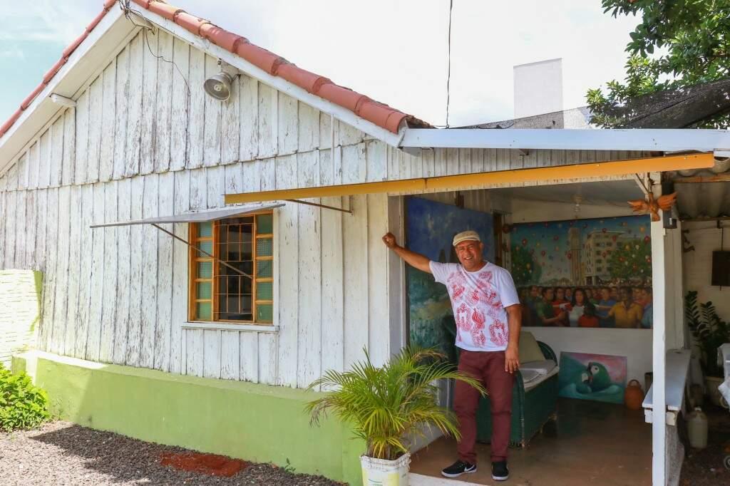 Casa de madeira é alugada por Antônio há 20 anos. (Foto: Henrique Kawaminami)