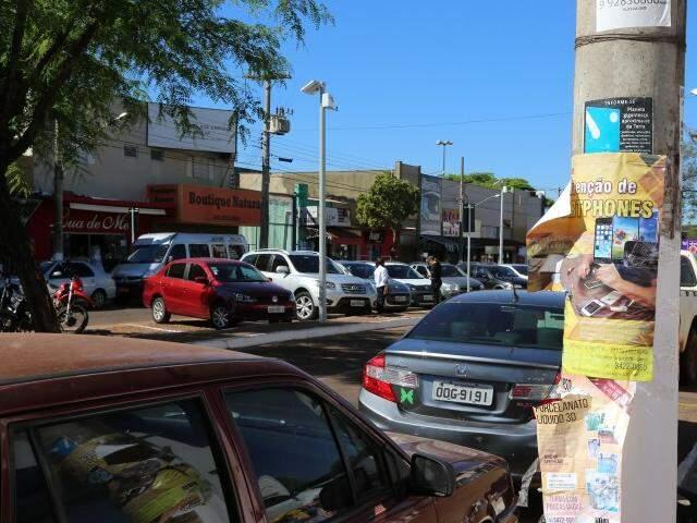 Propaganda em poste causa poluição visual em Dourados (Foto: A. Frota)