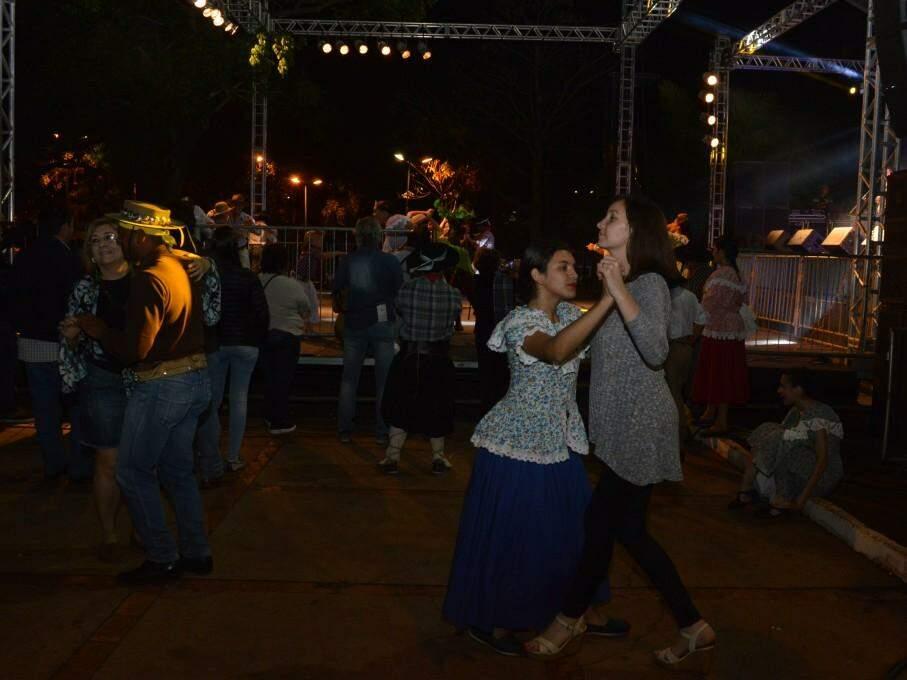 No fim do evento, dançarinos tomaram a pista para aproveitar a música de saideira (Foto: Kimberly Teodoro)