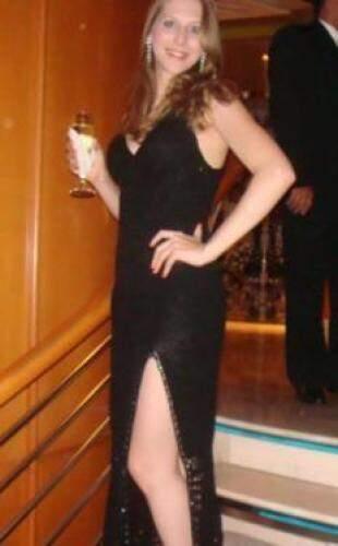Vestido longo tem detalhes em cristal Swarovski na fenda.