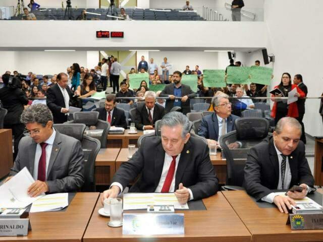 Deputados Rinaldo Modesto (PSDB), Antônio Vaz (Republicanos) e Carlos Alberto David (PSL), durante sessão (Foto: Luciana Nassar/ALMS)