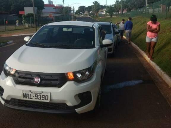 Os carros envolvidos no acidente ficaram as traseiras danificadas (Foto: Direto das Ruas)