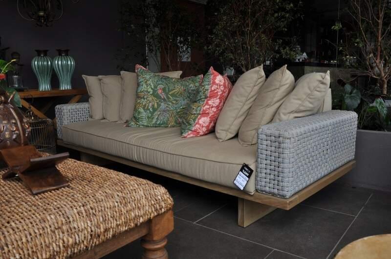 Para a varanda de casa, um sofá neutro que brinca com almofadas e amarração de cordas nos braços está à venda por R$ 11.868. (Foto: Marcelo Callazans)
