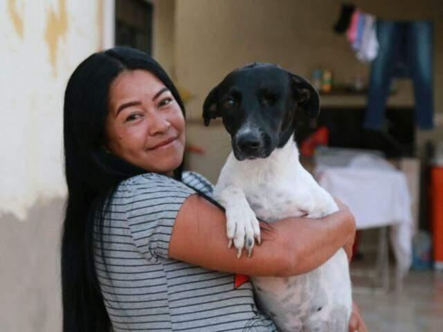 Miriam e a cadela Laika, resgatada das ruas. (Foto: Alcides Neto)