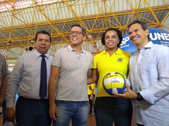 Vereador Jeremias, Rodrigo Terra (Finesp), Fofão e prefeito Marquinhos. (Foto: Danielle Valentim)