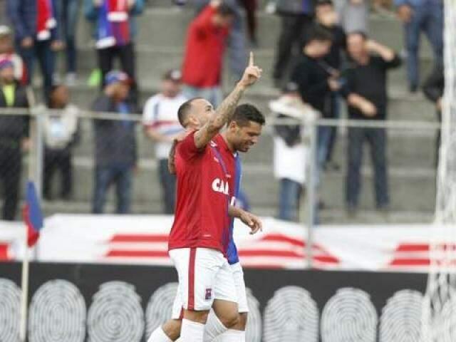 Atacante Rodolfo comemorando gol na primeira partida pelo Paraná (Foto: Felipe Rosa/Gazeta do Povo)