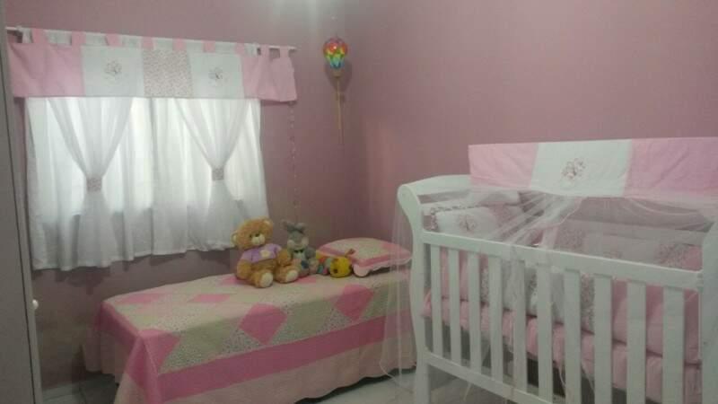Em casa, o quarto cor de rosa está prontinho para quando Fernanda receber alta.