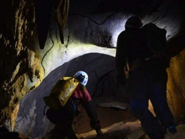 Pesquisadores realizam exploração de caverna no município de Bonito, pelo Projeto Potiicoara. (Foto: Divulgação)