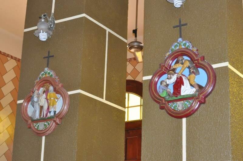 Via crúcis é mostrada por meio de quadrinhos nos pilares da igreja. (Foto: Marcelo Calazans)