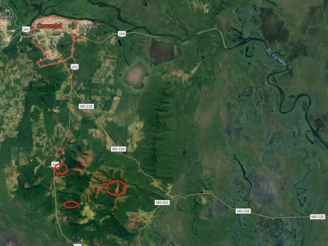 Corumbá ao norte e as duas barragens e a comunidade ao meio. (Foto: Reprodução/Google Maps)