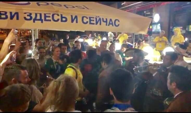 Apesar da derrota e eliminação da Copa, mexicanos cantam e dançam no centro de Samara para espantar a tristeza (Foto: Paulo Nonato de Souza)