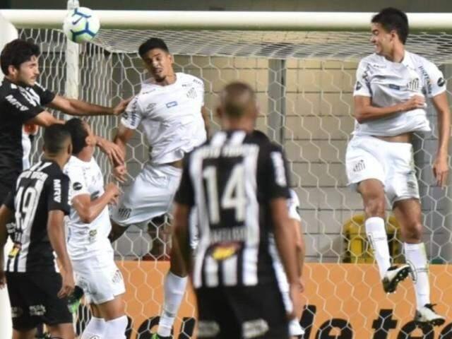 Disputa de bola pelo alto no jogo desta noite. (Foto: Santos/FC)