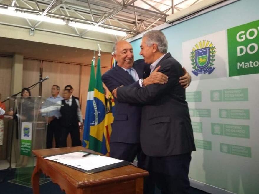 À esquerda, Pedro Chaves cumprimenta o governador Reinaldo Azambuja (PSDB), durante evento de posse na Governadoria, nesta sexta-feira (dia 8).  (Foto: Leonardo Rocha).