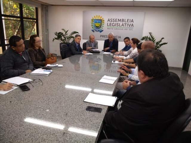 Deputados, líderes religiosos e envolvidos com a segurança em reunião nesta manhã (Foto: Leonardo Rocha)