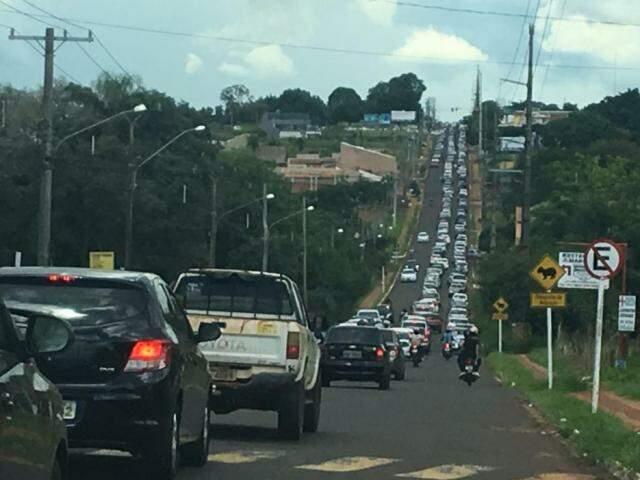 Acesso à UCDB, avenida Tamandaré tem congestionamento em dia de concurso. (Foto: Guilherme Henri)