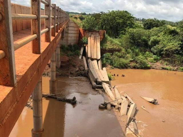 Ponte que desabou sobre o rio Santo Antônio havia sido inaugurada em 2012. (Foto: MPMS/Divulgação)