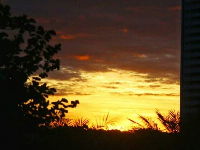 Tempo amanhecendo na capital sul-mato-grossense (Foto: André Bittar)